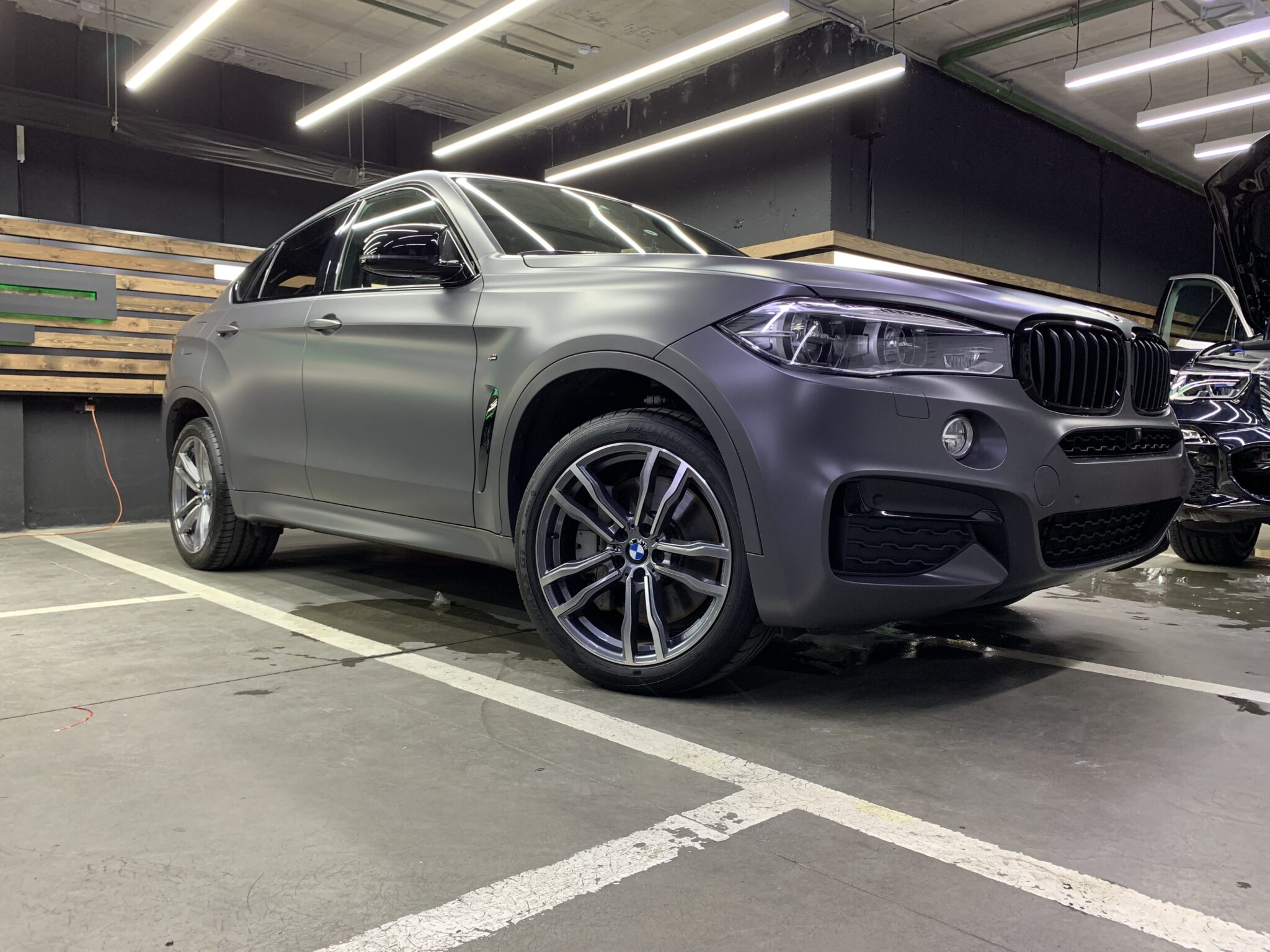 Оклейка серой матовой пленкой BMW X6