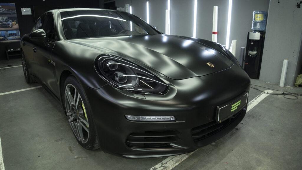 Оклейка кузова Porsche Panamera в черный сатин
