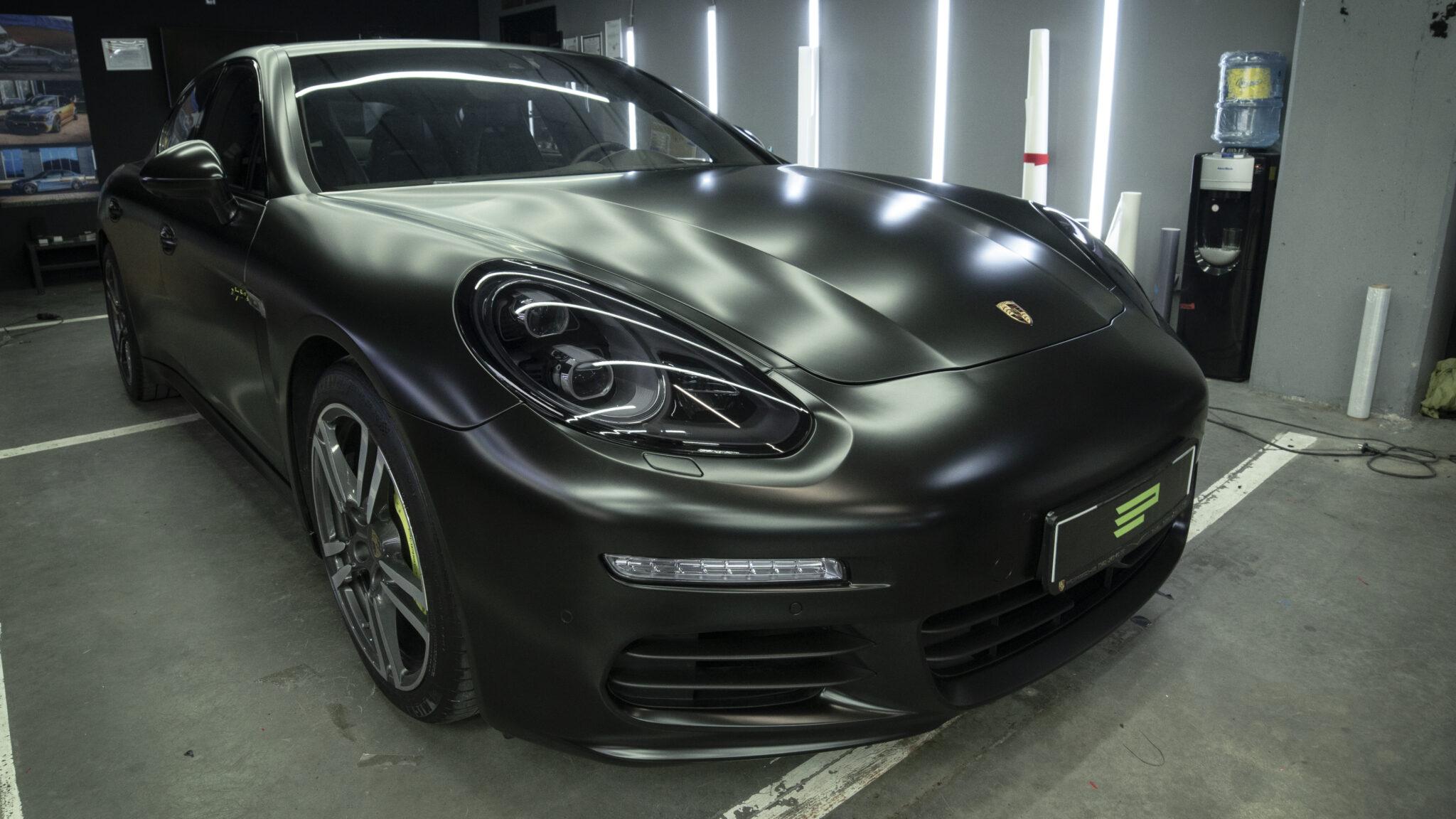 Оклейка кузова Porsche Panamera E-Hybrid в черный сатин